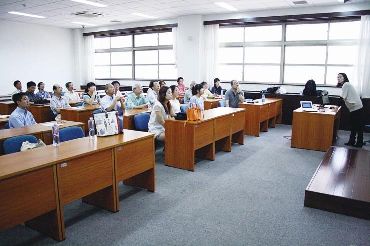 2014年度総会に参加した大連日本語教師会の会員たち