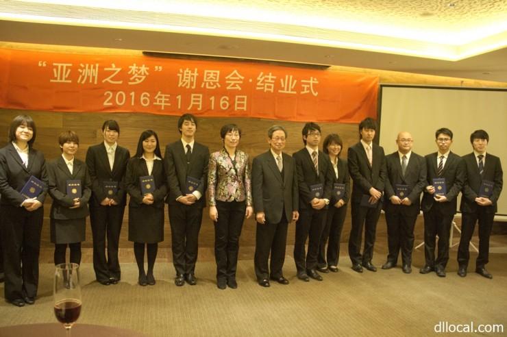 「アジア夢カレッジ」の留学生と教員ら