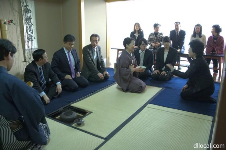 茶道を体験する参加者たち