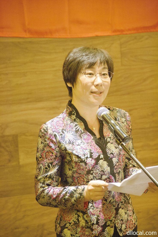 「アジア夢カレッジ」の謝恩会であいさつする劉宏学長