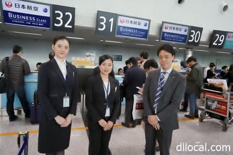日本航空大連支店の大久保宜政総務部長(右)から搭乗者出迎えの指導を受ける池田さん(中央)、北村さん