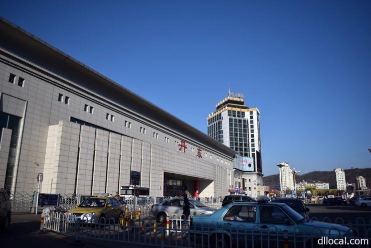 大連からの快速鉄道が到着する丹東駅